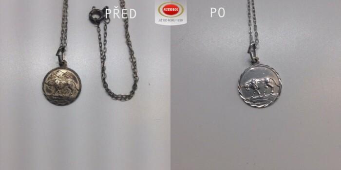 Vyčištění stříbrného přívěšku pomocí pasty na čištění drahých kovů