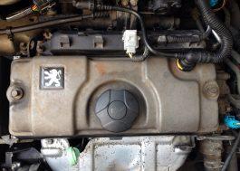 Litinový motor před čištěním přípravkem Autosol Metal Polish